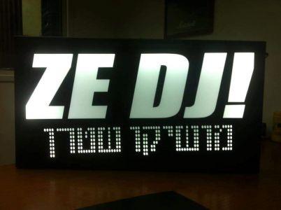 עמדת DJ עם שמות