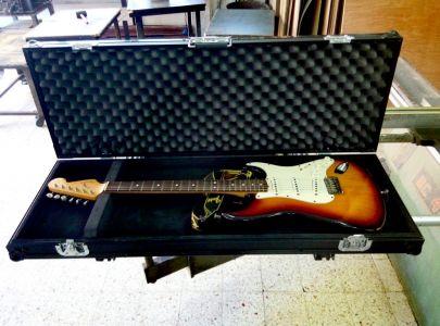 ארגז מושחר לגיטרה חשמלית